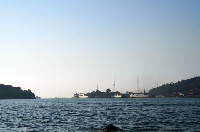 O iya, Pulau Merak Kecil juga dekat sekali dengan Pelabuhan Merak lho! Jadi, sehabis dari pulau ini, bisa langsung lanjut ke  Sumatera dong :D