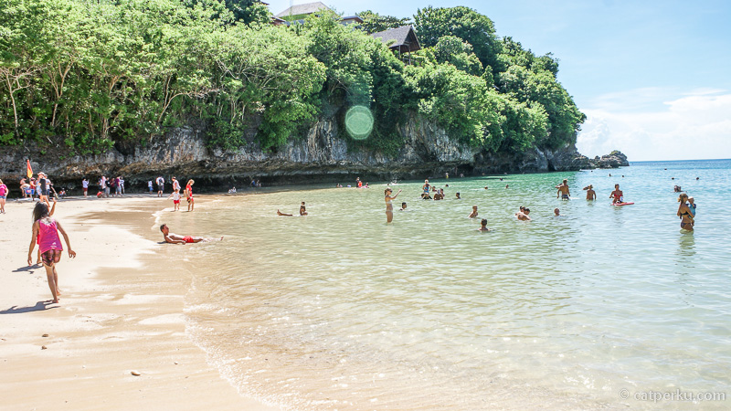 Ombaknya tidak terlalu kencang, makanya banyak yang berenang di Pantai Padang Padang Beach.