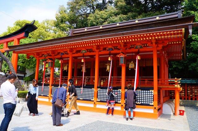 Orang Jepang yang datang ke Fushimi Inari yang ada di Kyoto ini untuk berdoa.