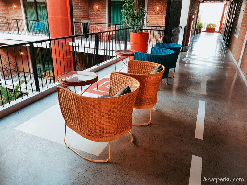 Pada beberapa sudut hotel terdapat kursi seperti ini!