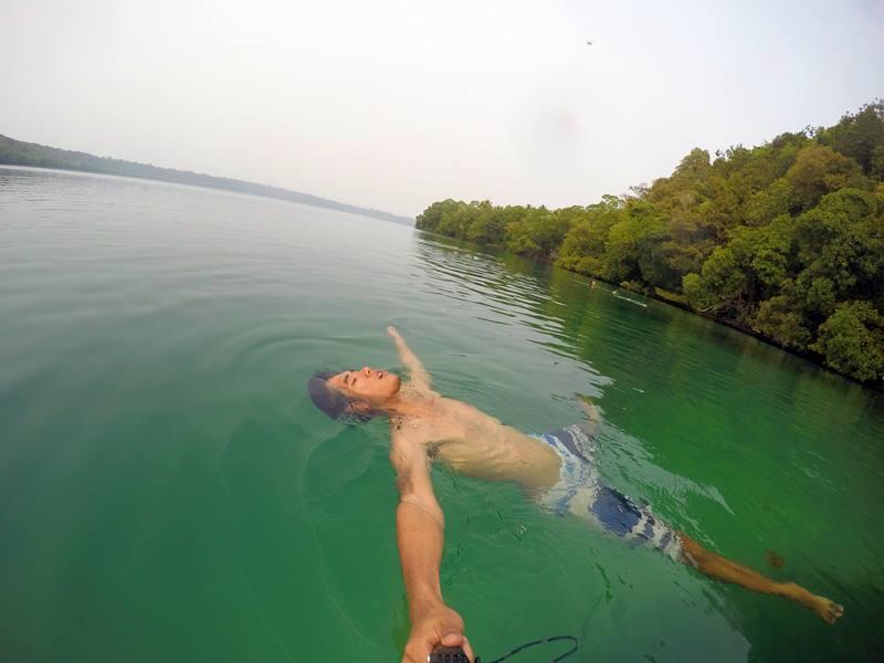 Paling enak bersantai sambil mengambang di danau :D