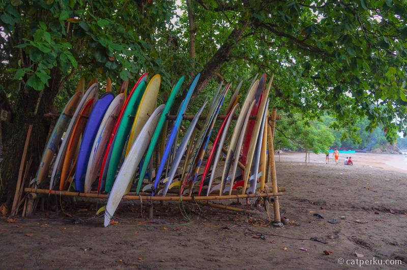 Pantai Batu karas identik dengan surfing