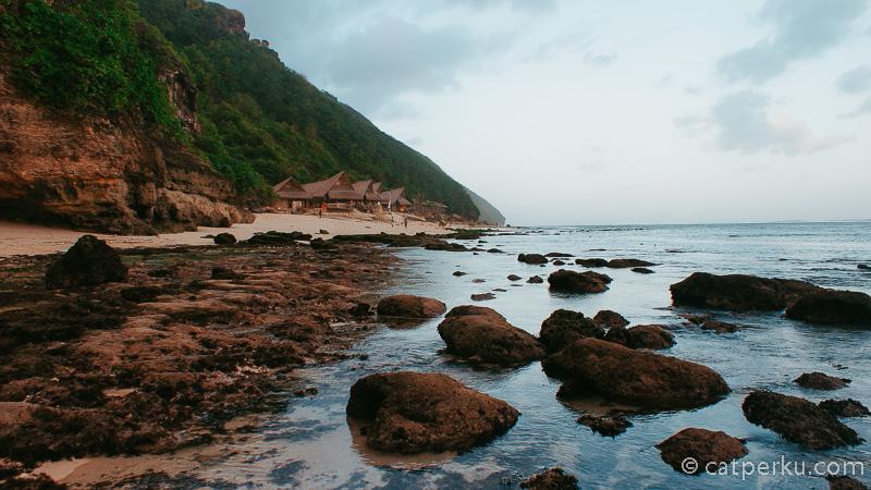 Pantai Karma Kandara dengan Karma Kandara Beach Club ini adalah salah satu pantai tersembunyi di Bali.