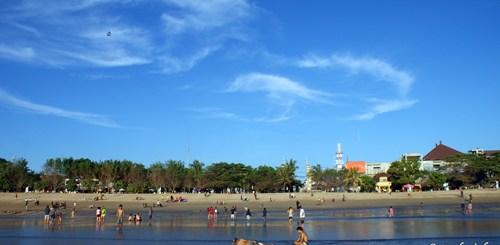 Pantai Kuta dengan langit birunya