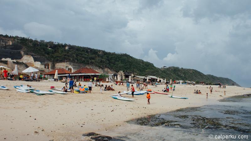 Pantai Pandawa Bali selalu ramai dikunjungi turis.