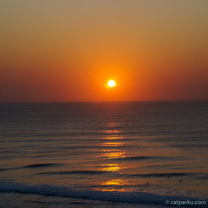 Pantai Suluban Atau Pantai Blue Point ini selalu bisa menyajikan sunset terbaiknya