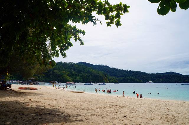 Pantai di Pulau Sapi ini bersih dan  nyaman untuk bersantai.
