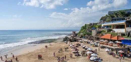 Pantainya tidak terlalu lebar, tetapi selalu ramai pengunjung. Dulu pantai ini adalah salah satu nude beach di Bali