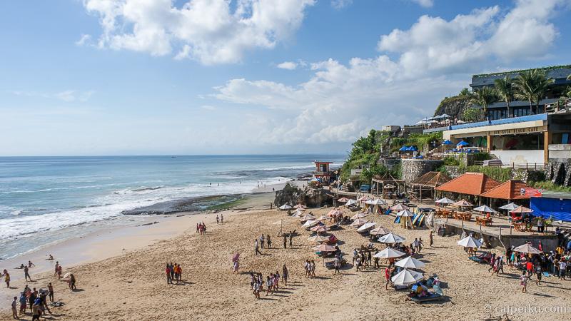 Pantainya tidak terlalu lebar, tetapi selalu ramai pengunjung. Dulu pantai ini adalah salah satu nude beach di Bali.