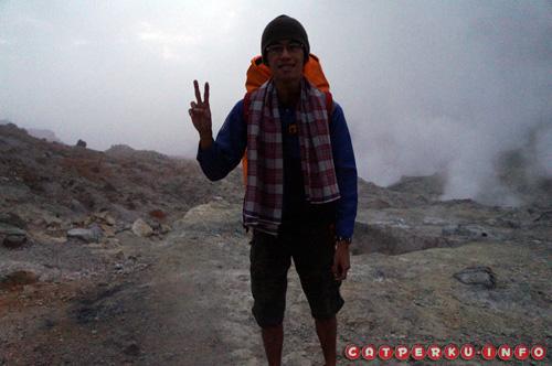 Di belakang saya adalah kawah belerang yang harus di lewati untuk menuju tempat kemping di Gunung Papandayan. Ini pagi hari jam 5-an lho! brrr....