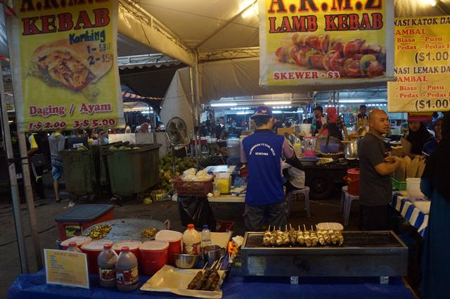 Pasar Malam Gadong adalah tempat favorit orang Brunei Darussalam untuk mencari jajanan dan makanan di malam hari.