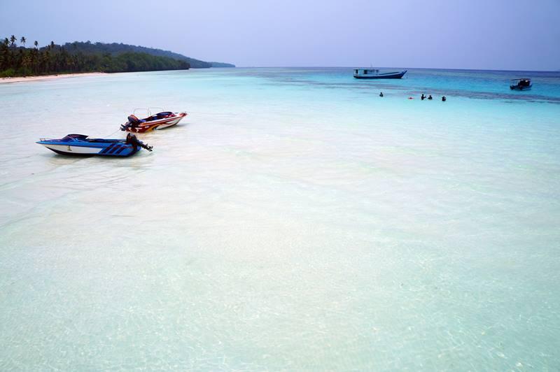 Pasir putih yang menggoda siapapun untuk menceburkan diri ke laut sekitar Pulau Maratua.