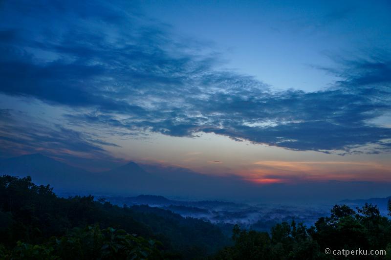 Pemandangan dari Bukit Punthuk Setumbu sebelum matahari menampakkan wujudnya
