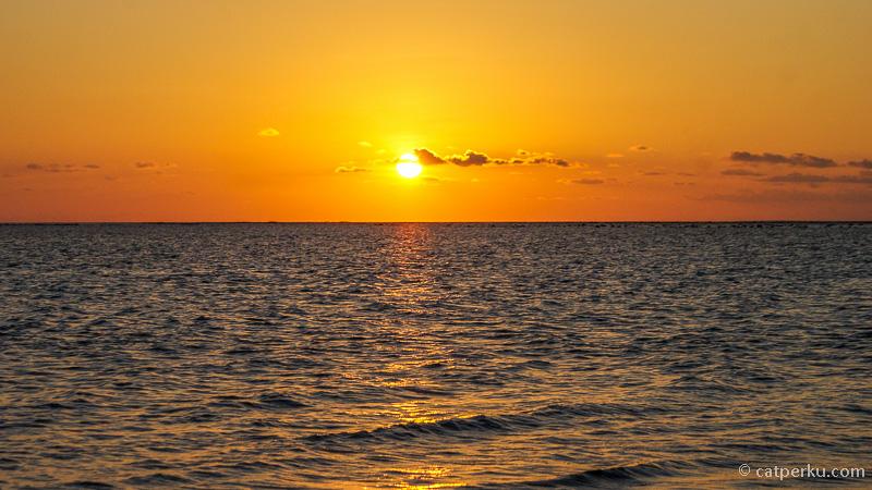 Pemandangan sunset dari Teluk Jimbaran ini aduhai indahnya