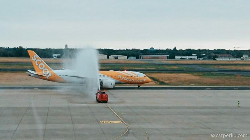 Pesawat Boeing 787 Dreamliner Maskapai Scoot yang saya tumpangi disambut dengan water salute sesaat setelah mendarat di Berlin.