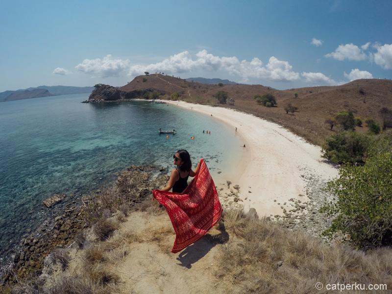 Pink Beach Flores, adalah pantai yang fotogenik