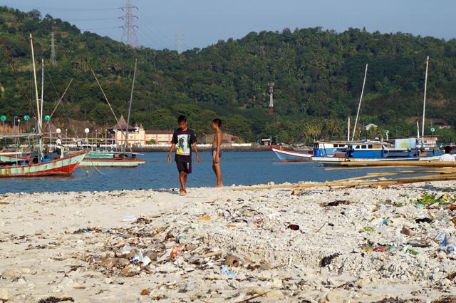 Pun pulaunya tidak terlalu besar, ada beberapa anak kecil yang bermain - main ke sini.
