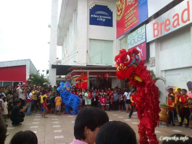 Sang singa merah pun tak mau ketinggalan. Dia mencoba menarik perhatian para pengunjung Bali Discovery Shopping Mall dengan bermacam - maca atraksi.