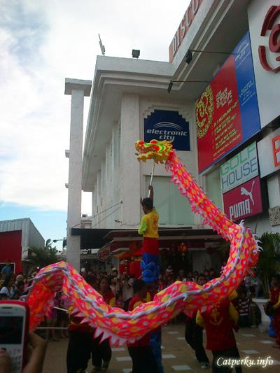 Sang naga benar - benar menunjukkan kegagahan dan keahliannya menari ditengah puluhan pengunjung Bali Discovery Shopping Mall. Untung saja sang naga tidak khilaf hinga menyemburkan api. Bisa berbahaya, karena tidak ada pemadam kebakaran yang standby disitu :D
