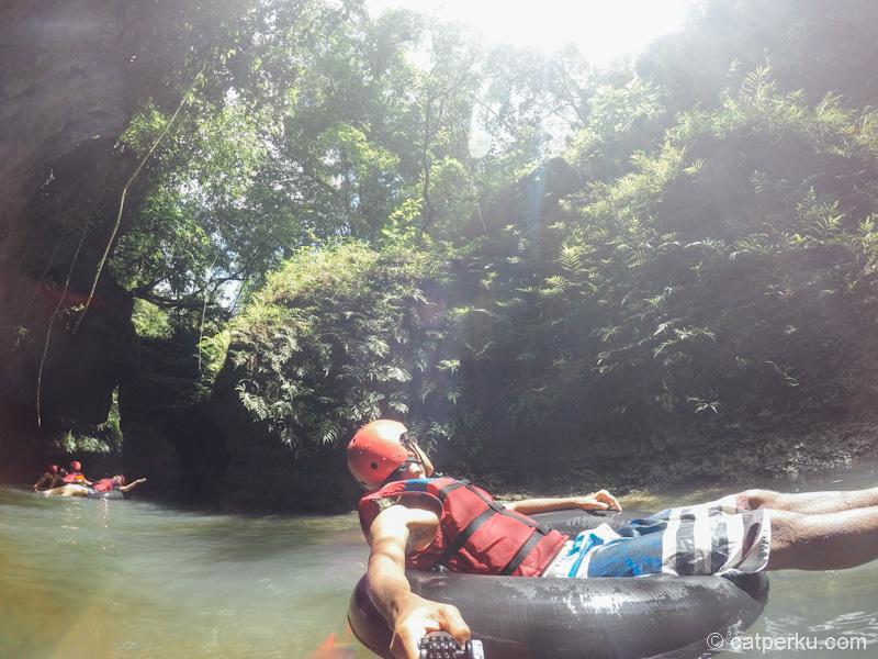 River tubing sambil menikmati pemandangan yang indah
