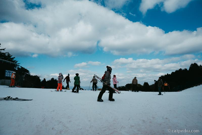Rokko Snow Park ini ramah anak dan pemula seperti saya.