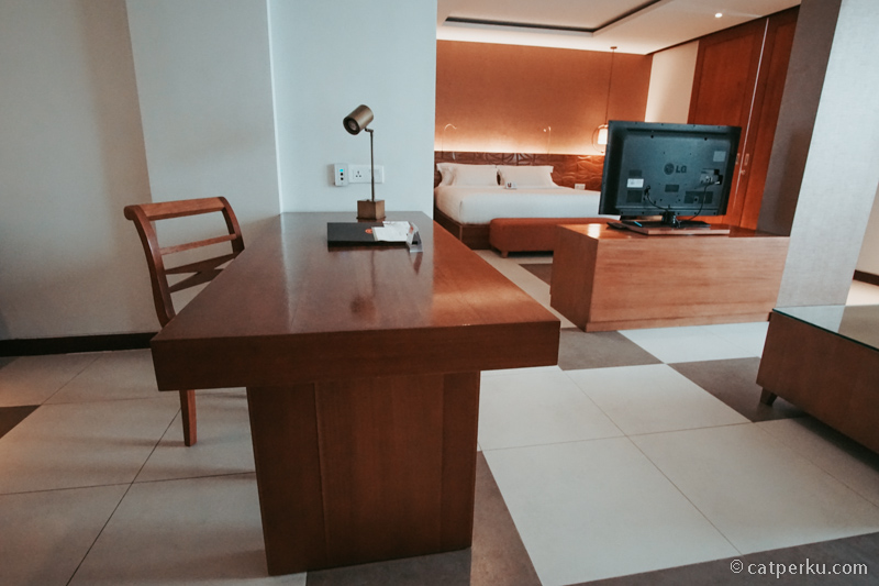 Saking luasnya, Kamar Suite Sun Island Hotel And Spa Legian ini bisa buat kerja sambil liburan~