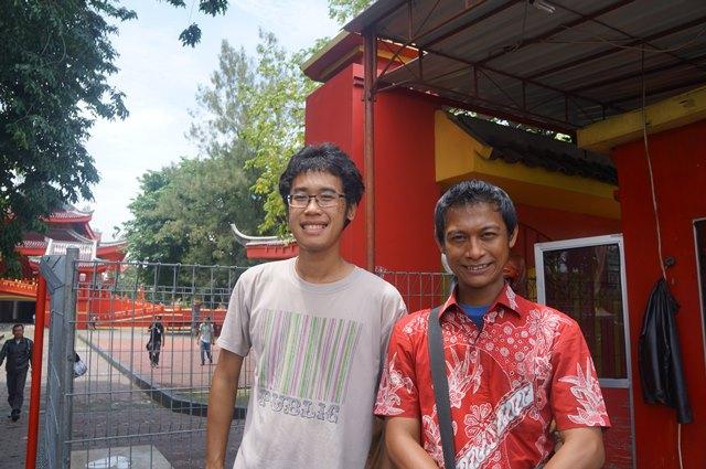Saya dan mas albert, guide selama di Kuil Sam Poo Kong Semarang. Kalau mau dengar banyak sejarah tentang kuil ini, harus pake guide ya :)