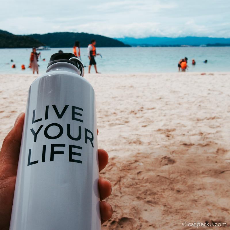 Saya selalu membawa botol kosong tiap kali traveling. Ada yang begitu juga.