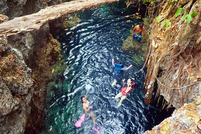 Sebaiknya jangan berenang di gua ini sendirian ya! Selain lumayan serem, kalau kenapa-napa nggak akan ada yang menyelamatkanmu.