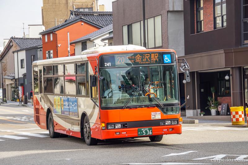 Sebenarnya ada bus umum, tapi saya lebih suka keliling Kota Kanazawa dengan jalan kaki