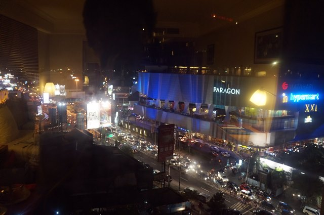Seberang kamar saya persis adalah Paragon Mall!