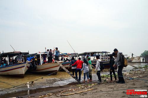 Pantai yang penuh sampah tidak menyurutkan animo para turis yang akan menyeberang ke Pulau Untung Jawa