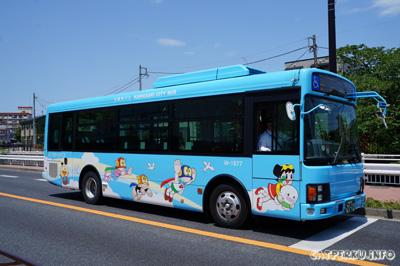 Shuttle bus nya juga ada yang berwarna biru, warna favorit saya.