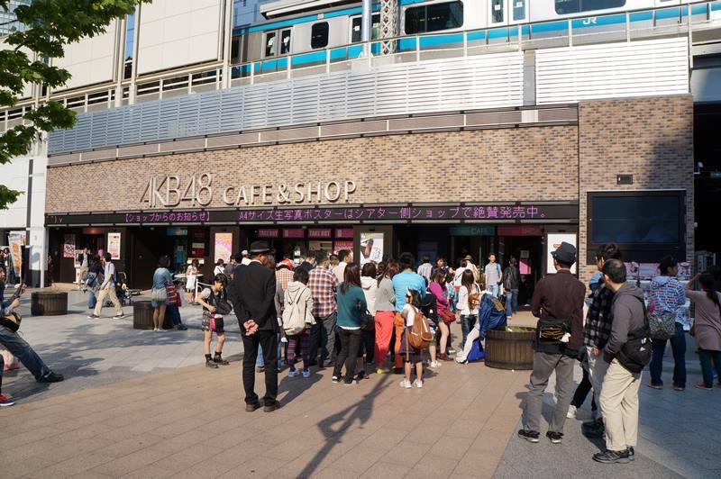 Selain berbelanja kamera di Akihabara, kalian juga bisa melihat AKB 48
