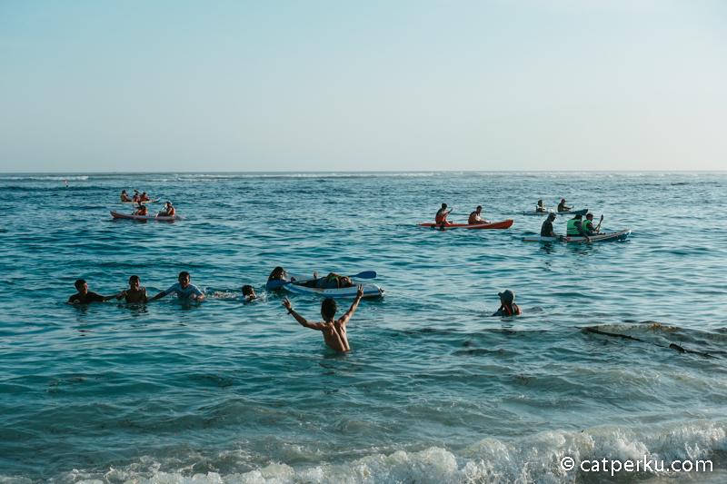 Selain berenang, kamu bisa bermain kano di Pantai Pandawa.