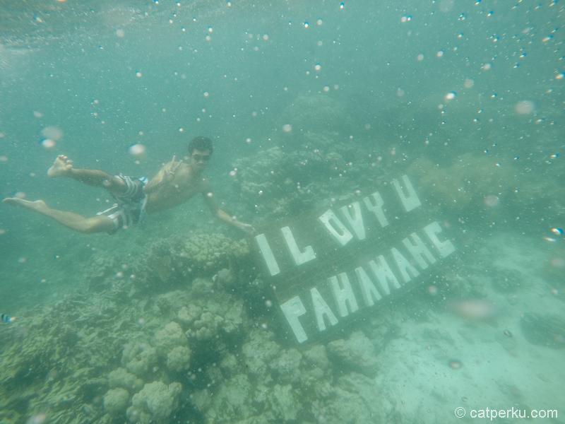 Semoga papan buat foto underwater selfie ini segera dibenerin