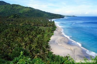 Nih! Si kece pantai Kerangdangan. Beberapa tempat wisata di Senggigi Lombok yang menarik memang berupa pantai seperti ini.