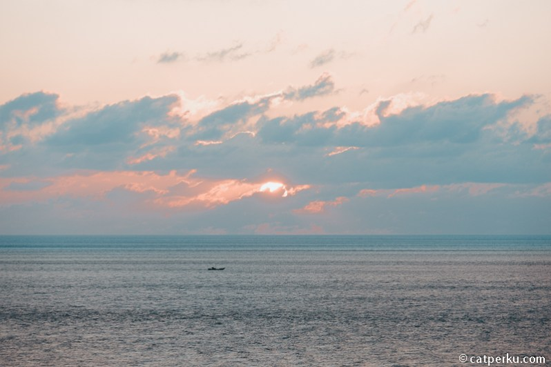 Sesampainya di Tugu Nol Kilometer Indonesia di Sabang saya disambut sunset seindah ini.