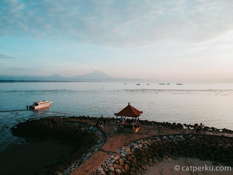 Setiap pagi pantai ini selalu dipenuhi wisatawan yang ingin menyaksikan sunrise di Bali yang keren!