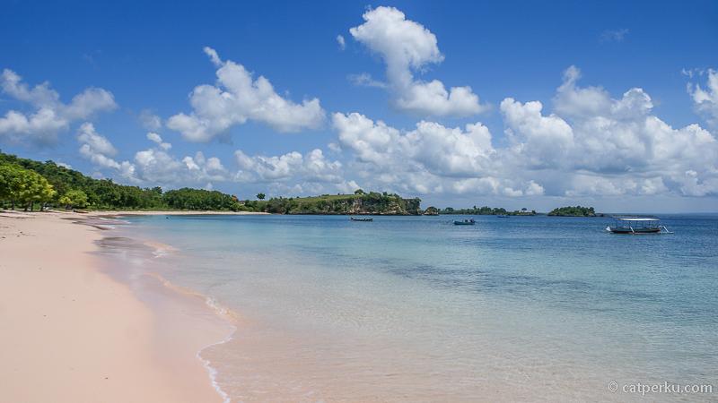 Siapa yang nggak tergoda untuk berkunjung ke Pantai Pink di Lombok Timur ini