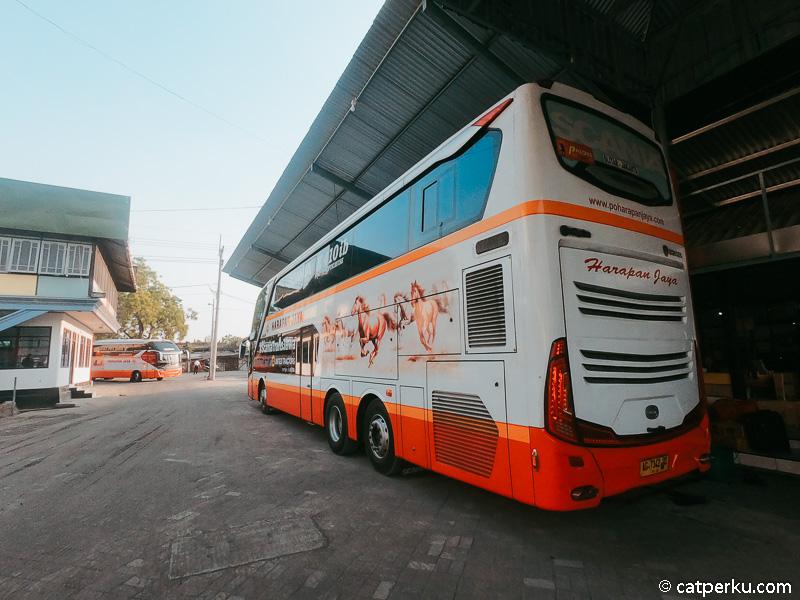 Sleeper bus double decker tampak belakang.