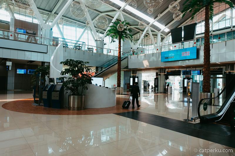 Stasiun Kereta Bandara Soekarno-Hatta ini lumayan megah.