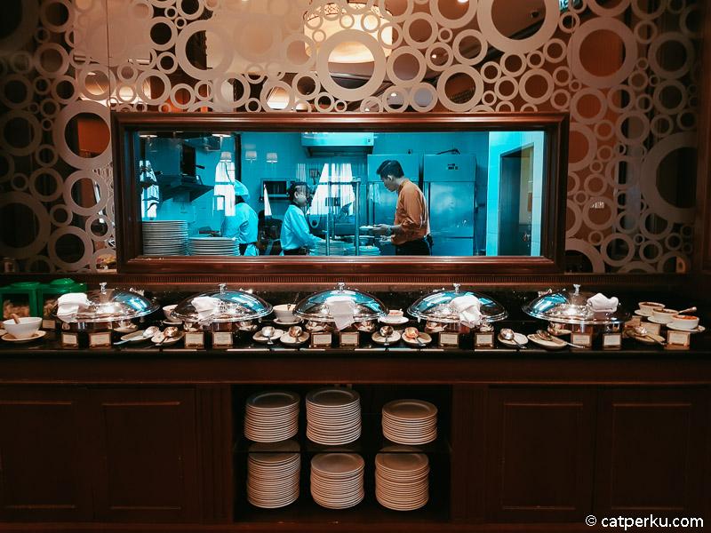 Kalau ini tempat makanan utama, dan dapur untuk yang pesan makanan khusus seperti omelete.