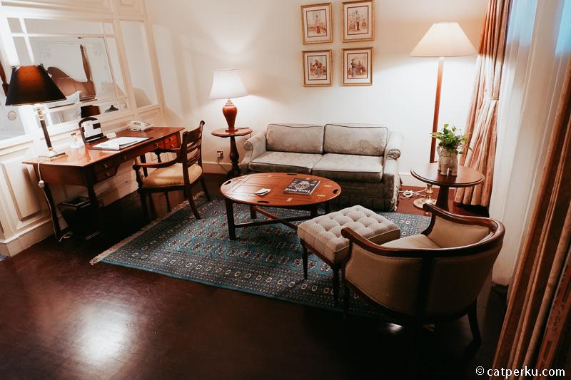 Ada juga semacam ruang tamu kecil di dekat meja kerja.