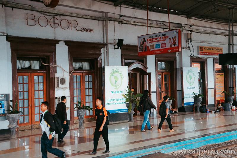 Suasana Stasiun Bogor. Salah satu rute tujuan kereta KRL Jabodetabek.