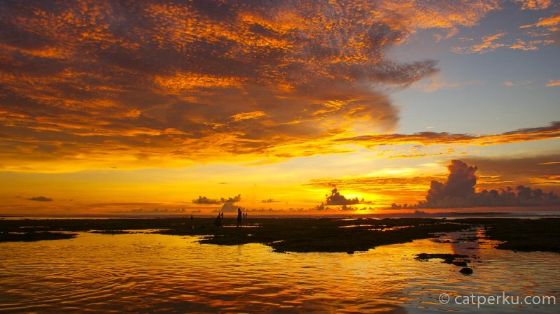 Pemandangan sunset di Bali terbaik memang tidak bisa diprediksi, tapi begitu beruntung, bisa banget mendapatkan pemandangan sunset seperti ini!