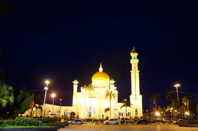 Masjid Sultan Omar Ali Saifuddin, salah satu tempat yang bisa kamu kunjungi ketika liburan ke Brunei Darussalam.