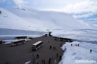 Selamat datang di Murodo! Aspal Hitam yang terlihat ini, sebelumnya ditutupi salju hingga ketinggian 10 meter loh!