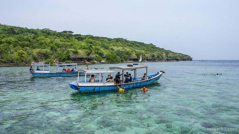 Saking beningnya, dasar laut di perairan sekitar Pulau Menjangan Bali terlihat dengan jelas dari perahu yang saya tumpangi selama snorkeling disini.