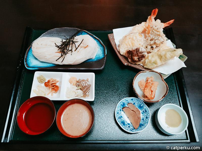 Tenpura Udon di Kakunodate. Katanya sih ini menu yang terkenal disini, dan wajib dicoba. Tentu saja ini ramah muslim karena bahannya dari tumbuhan dan seafood.